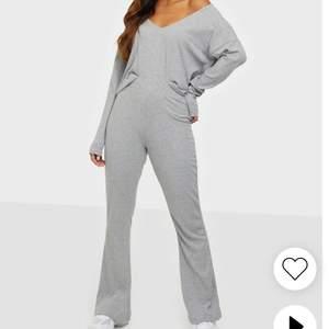 Nytt mjukisset från NLY trend. Jättefint! Både byxor och tröja säljs i ett set🐻❤️