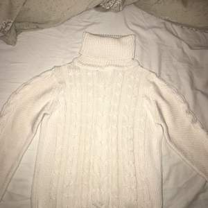 Älskar denna tröja, den både ser och är väldigt skön. Sen är den så snygg med polokrage som går att vika ner som på bilden. Den sticks inte.