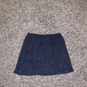 En supersöt marinblå kjol! Storlek 34. Skicka för fler bilder. Köparen står för frakten!⭐️
