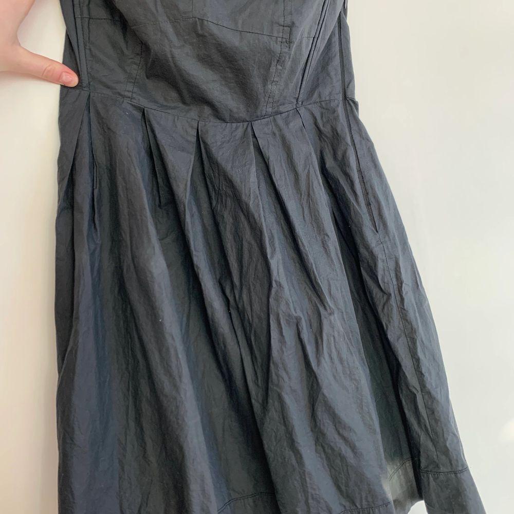 Säljer denna supersnygga svarta axelbandslösa klänning! Storlek S och kan skickas om köpare står för frakten på 66kr💞. Klänningar.
