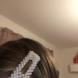 Ett hårspänne som e köpt i somras använt 1 gång.