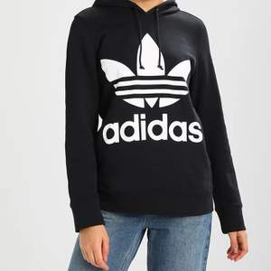 Adidas hoodie i storlek M ❤️ Nypris var ca 400-500 kr men säljer för 150 kr med gratis frakt. Knappt använd 💕