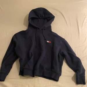 Säljer dena mysiga Tommy hilfiger tröja för 100kr+frakt💗(lite kortare i modelen)