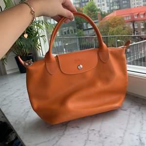 Jättesöt orange väska från Longchamp. Liten men rymlig. Frakt ingår 📦