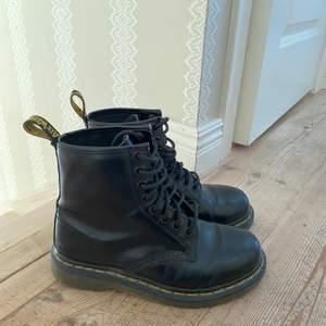 Säljer dessa dr martens eftersom de inte kommer till användning. Skorna är sparsamt använda och därför i fint skick. Säljer för 700 eller högst budande. Köparen står för frakten. Budet ligger just nu på 950kr. Budgivning slutar på tisdag 14:00
