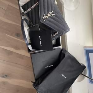 Wallet on chain köpt för 4500dhs (11000) allt utom inköps påsen finns - dvs kvitto, box osv, väskan är som ny. Knappt använd. Avtagbar kedja - kan användas som clutch, plåndbok men bäst aom crossbody!