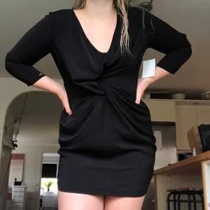 Svart fin klänning som passar för finare tillfällen eller fest. Aldrig använd och lapparna sitter kvar. Dock finns ett igensytt hål nertill på klänningen men är ingenting som syns —> nersatt pris. Gärna budgivning och köpare står för frakt.😚