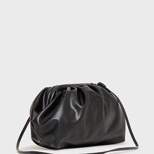 Superfin svart clutch från Object. Ej äkta skinn, men känns väldigt mjuk och inte alls plastig. Finns ett axelband. 150 kr ☁️