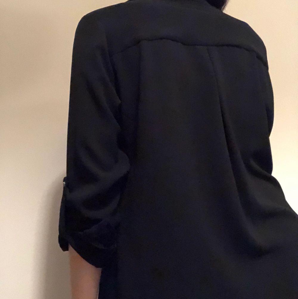 Elegant svart skjorta. Har aldrig använt. Om du beställer fler kläder från mig behöver du inte betala frakt separat för alla produkter❗️❗️. Skjortor.