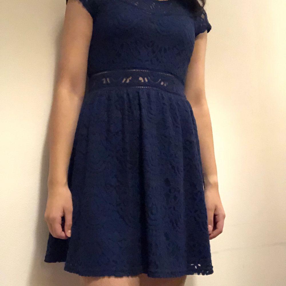 Elegant mörkblå klänning. Jättefin och skön. Har bara använt en gång. Om du beställer fler kläder från mig behöver du inte betala frakt separat för alla produkter❗️❗️. Klänningar.
