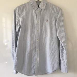 Ralph Lauren skjorta, vit och ljusblå! Har ej använts på säkert 2 år, men i väldigt bra skick✨🤍 Pris: 350kr, inkl frakt.
