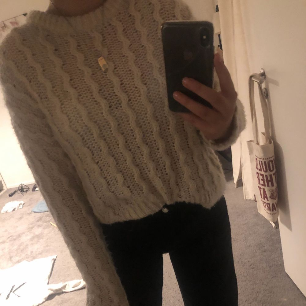 Supermysig beige, stickad tröja i stl XS (passar även S då jag är S/M och kan ha den). Säljer pga att den mest hänger i garderoben utan användning. Skriv om du har frågor eller vill köpa tröjan💕. Stickat.