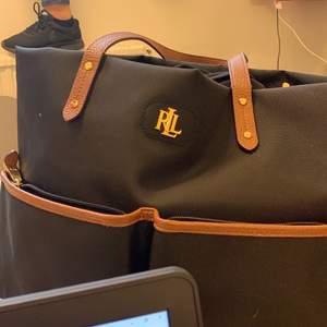 Intressekoll på denna väska då den inte kommer till så mycket användning, det är en äkta Lauren Ralph Lauren väska i riktigt bra skick! Buda om du är intresserad, säljer vid bra bud 🥰