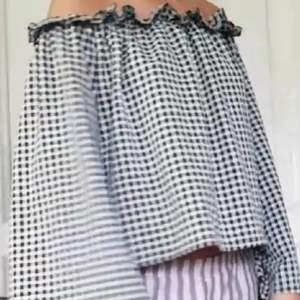 En off shoulder tröja men rutigt mönster från Nelly. Superfin men passar inte min stil. Använd ett par gånger men är i fint skick. Frakt tillkommer