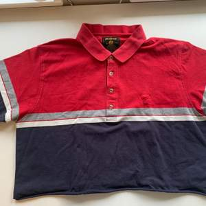Budgivning i kommentarerna, från 50kr, frakt ingår ej. Jag säljer en röd och blå skjort t-shirt i st L som är klippt kort från Wolsey. Fint skick, super skön. Swipe för fler bilder.