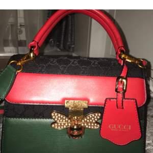 Gucci väska med band. Ej äkta!