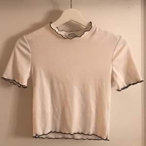 Vit topp från Zara. Säljes pga kommer inte till användning. Ser ut som ny. Mötes i Uppsala, alt köparen står för frakt.