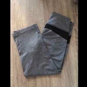 Korta grå träningstights ifrån soc som går ungefär till under knäna. Mycket bra skick. Det finns en ficka på framsidan där man får plats med en nyckel. Fraktkostnaden kan eventuellt bli billigare vid köp av flera plagg. Leveransen är spårbar.