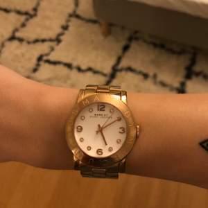 Marc by marcjacobs klocka fint skick uret står still och behöver byta batteri enkelt att göra, säljer pga inte använt på länge, fint skick nypris ca 3000kr vid inköp, kommer med förläggare +original låda