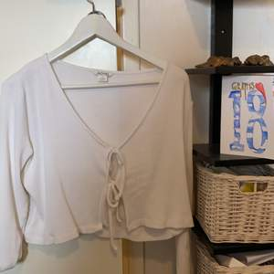 Finaste vita tröjan med knyten från Monki! Storlek s, använd högst 5 gånger men så fint skick 😎❤️