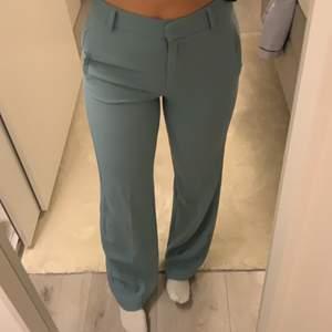 Snygga blå/gröna kostymbyxor från Stockhlm, sitter perfekt i midjan och är i bra skick. Orginal pris 799kr. Budet ligger på 500kr