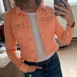 Superfin Persiko-färgad jeansjacka, den är lite mer rosa i verkligheten. Storlek XS. Skriv för fler bilder.
