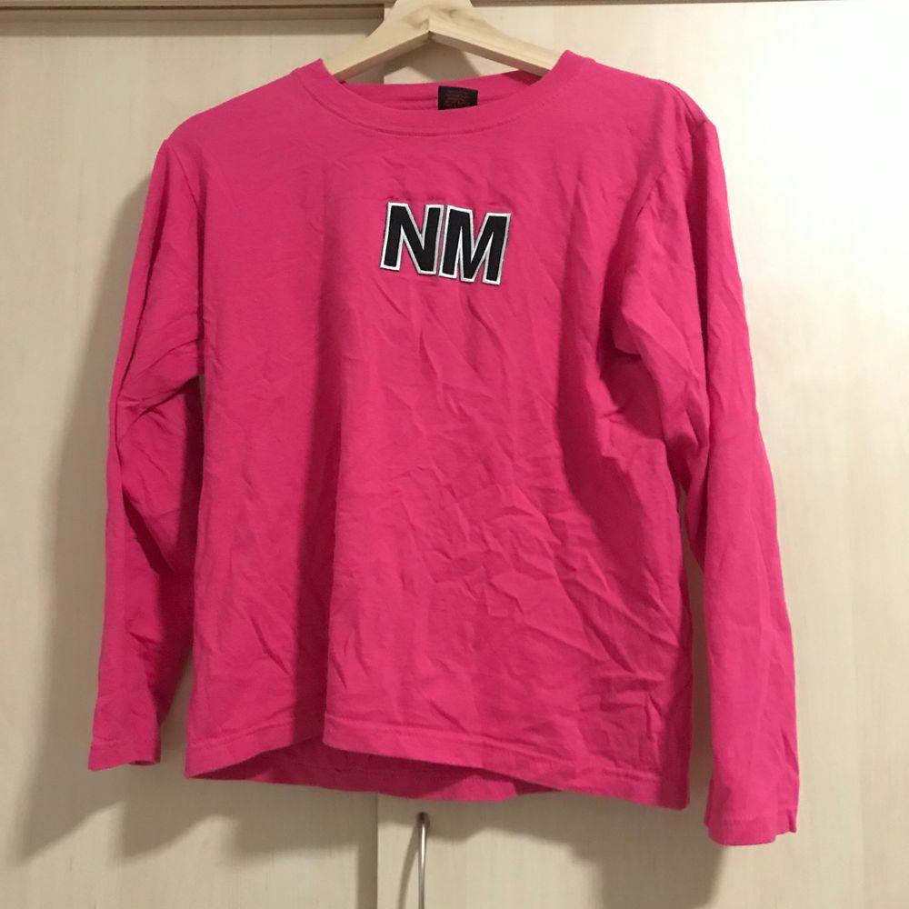 Rosa tröja från secondhand. Står storkek M i tröjan men sitter mer som en S skulle jag säga. Kan mötas upp eller står köparen för frakten💞. Toppar.