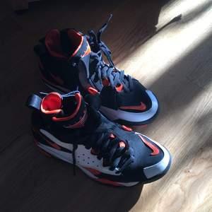 Nike air skor sparsamt använd, men tyvärr för små.
