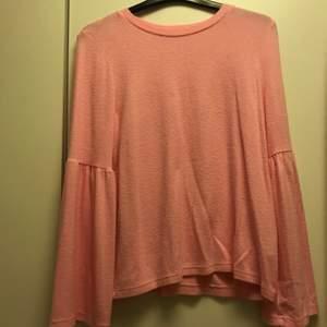 Rosa tröja med utsvängda ärmar. Jätte skön och passar jätte bra till en vanlig vardags outfit.