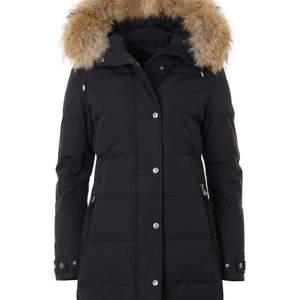 Säljer min hollies jacka pågrund av att jag vill köpa en ny, har haft den endast en vinter och den är i helt ny skick.