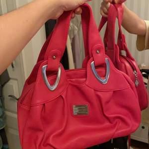 Säljer denna coola väska som är köpt secondhand, använd 2 gånger. Köpt för 120kr