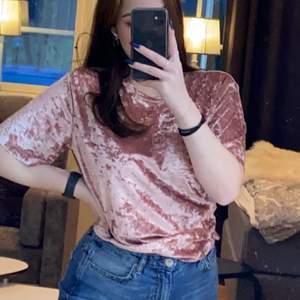 Rosa T-shirt i krossat sammet, fint skick. Kommer ej ihåg vart jag köpte den men märket är first class party, storlek M/ 40-42. Mitt pris är 50kr + eventuell frakt, priset kan diskuteras💕