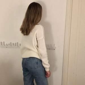 Vit stickad tröja från Boohoo i nyskick som tyvärr är för stor för mig, den är i storlek S men skulle snarare säga att den är M. Köparen står för frakten!