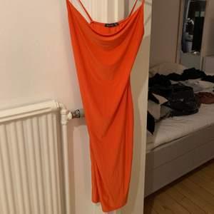 Jätte fin klänning med slits från boohoo, super fin färg, använd ca 5 gånger så den är i bra skick. Satin material. Storlek 40, köpt för ca 1-2 år sen