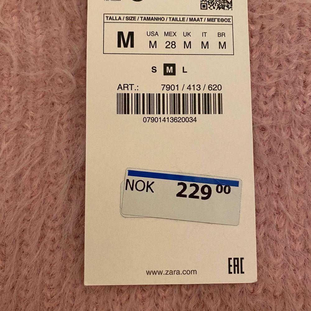 Rosa fluffig väst från Zara! Blev aldrig använd så säljer nu ist! Är helt slutsålt på hemsidan! Frakt tillkommer på 50kr. Högsta bud från 100kr eller köp direkt för 200kr (då är det inklusive frakt)😊 passar xs-M. Toppar.