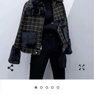 Jacka med pälskrage och päls i ärmarna från franska märket Cédelar. Jag är 180 cm så den var en aning kort i ärmarna för mig.