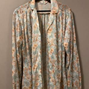 Säljer denna mönstrade pastell skjortan, funkar lika bra öppen som stängd.