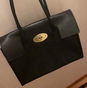 INTRESSEKOLL! Funderar på att sälja min mulberry väska som är i utmärkt skick och en fantastisk kopia! Man kan inte se att den är fejk. ÄKTA skinn. Nypris 2200 svenska kronor.