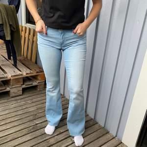 Jeans i storlek 170 skulle säga att de är som en S, köparen står för frakten  och betalning sker via Swish! Kan även hämtas i Trollhättan😊😊😊
