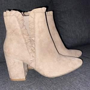 Supersöta beiga boots med klack inköpta från skopunkten 2019, aldrig använda. Storlek 36