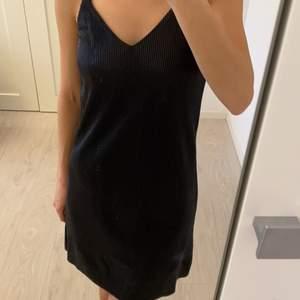 Säljer en ny silver-svart klänning från H&M i storleken XXS, men passar för XS också. Oanvänd! Mötas/ frakt kommer