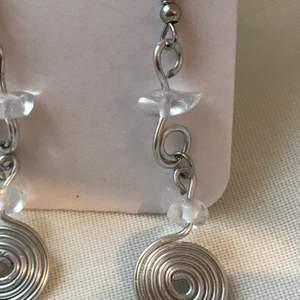 Handgjorde örhängen i aluminium och bergkristall! Perfekt som julklapp!🤩 65kr inkl frakt💗