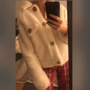 Säljer denna söta jacka ifrån Nelly. Inte använd jätte mycket. Som som ny.  Pris kan diskuteras.
