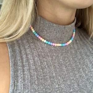Så fint Färgglatt halsband ✨✨✨ finns flera i lager och går att önska valfri längd!