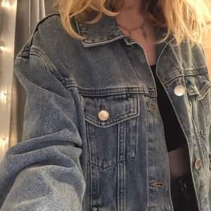 En jättefin blå jeansjacka som är oversized. Från HM i strl xs, sällan använd och är som ny. Säljer pga att jag inte använder den längre. Köparen står för frakt💞