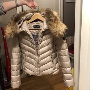 Köpte min hollies jacka för 5000 men säljer den för 800, snygg, skön och stilren! Frakt ingår i priset!