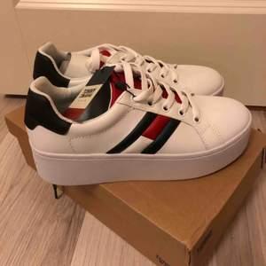 Helt oanvända, säljer pga fel storlek då jag inte har strl 40 och kunde inte att skicka tillbaka skorna.