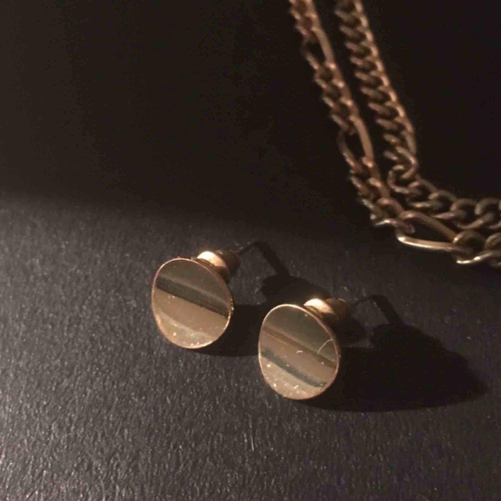 Svinfina guldiga örhängen från glitter som jag köpte i vintras, har nästan aldrig använts då jag insåg väldigt snabbt efter inköp att jag är en silvertjej och inte guldtjej!. Accessoarer.