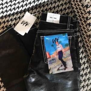Helt nya oanvända byxor från eytys. Köpte dem för 1900 men de passade tyvärr inte så säljer därför dessa supersnygga byxor. De är i storlek 25/34 alltså ganska långa vilket jag älskar. Materialet är också supersnyggt och trendigt.