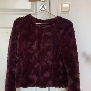 En snygg vinröd pälsjacka från vero moda i stolek XS, använd några få gånger i skolan. Frakt tillkommer.
